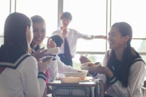 昼食をとる学生