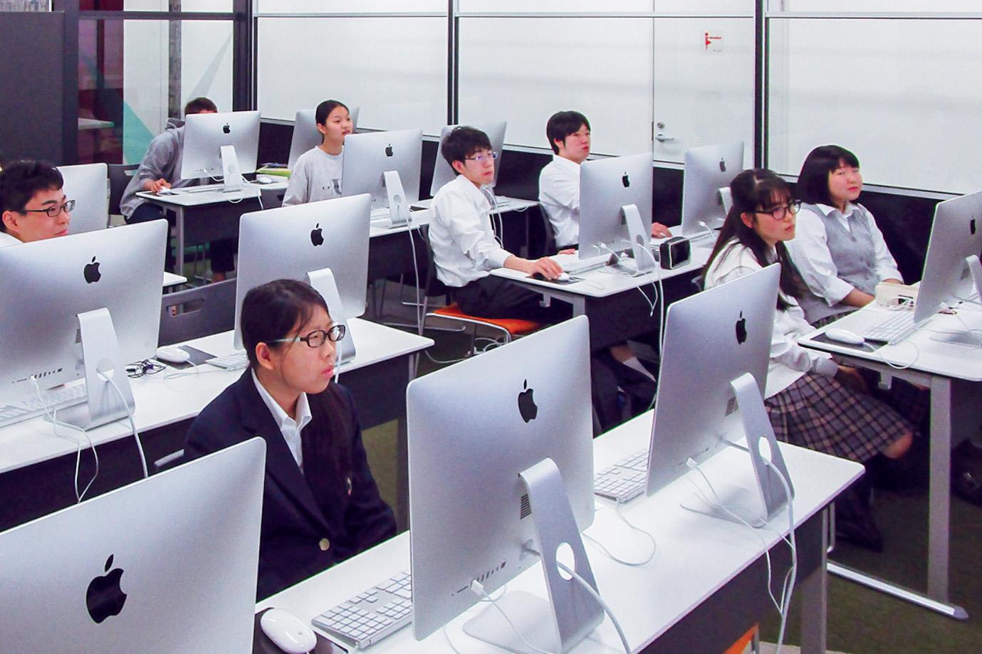 パソコンに向かう学生