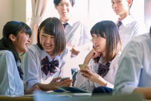 談笑する学生